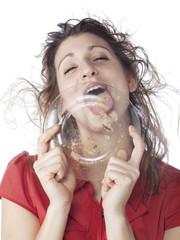 jeune femme impolie mangeant