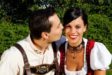 Paar in Tracht - Dirndl und Lederhosen im Sommer