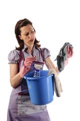 Genervte Hausfrau, Putzfrau mit Putzeimer, frust