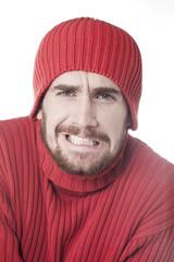 jeune homme bonnet hivernal