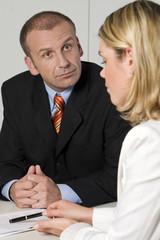 Angestellte im Gespräch mit ihrem Chef