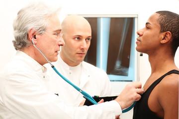 Ärzte bei der Untersuchung