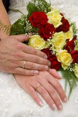 Hochzeit - Hände und Brautstrauß