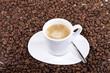 Espressotasse und Kaffeebohnen