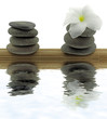 décor zen minéral, floral, pyramides galets fond blanc