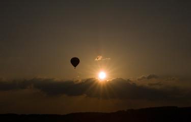 Heissluftballon im Sonnenuntergang