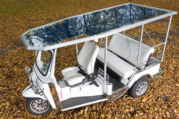 Solar panels on the roof of a tuc tuc