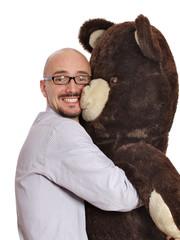 Mann umarmt Teddy