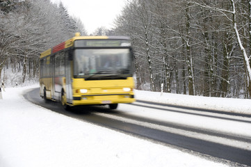 Bus auf winterlicher Landstraße