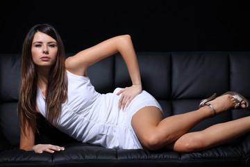 jeune femme sur canapé
