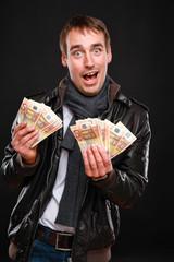 Mann mit 50 Euro Fächer