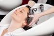 haare waschen beim friseur - 20234363