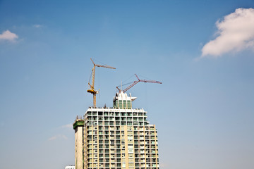 crane on a skyscraper under construction