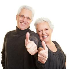 Senioren zeigen mit Daumen nach oben