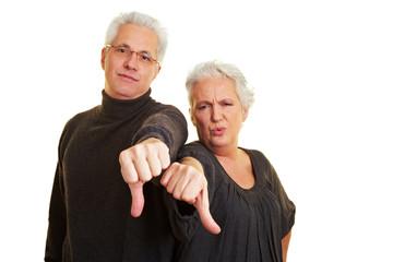 Senioren zeigen mit Daumen nach unten