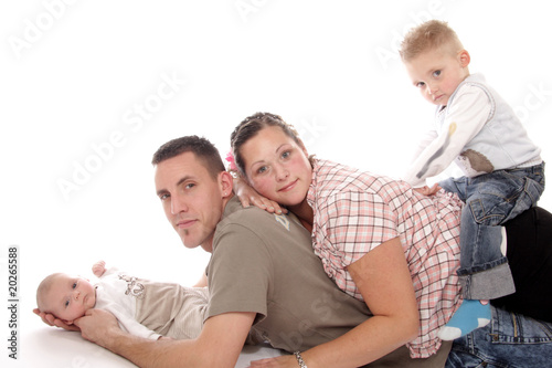 junge familie mit baby und kleinkind