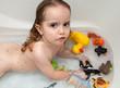Enfant dans son bain et qui a la varicelle.