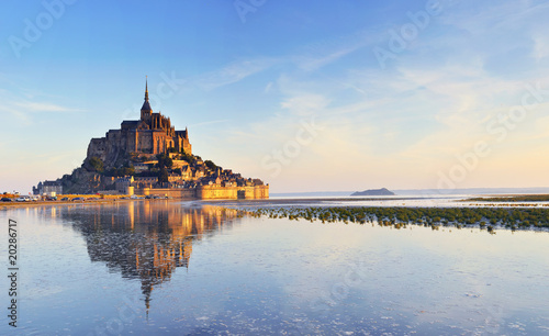 Leinwanddruck Bild Dawn at Mont Saint Michel. France