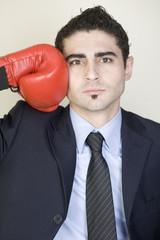 Boxender Geschäftsmann