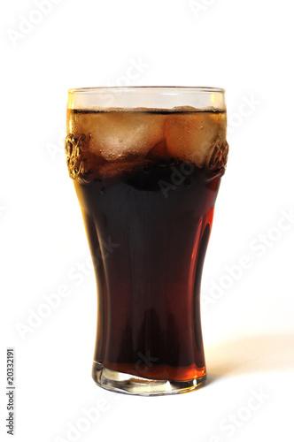 Verre de cola frais sur fond blanc