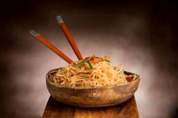spaghetti di soia in antica ciotola di legno tibetana