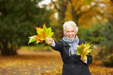 Frau winkt mit Blättern