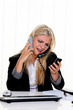 Frau im Stress telefoniert im Büro am Arbeitsplatz