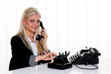Frau mit antikem retro Telefon