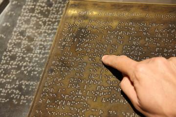 Leyendo Braille por la noche