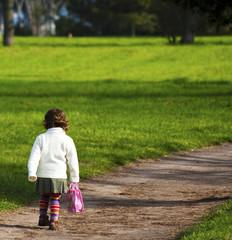 bambina lungo la strada