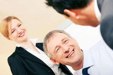 Businessteam diskutiert erfreuliche Dinge