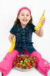 Mädchen mit Erdbeeren und Bananen