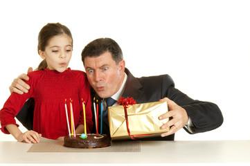 papa e figlia che spengono le candele