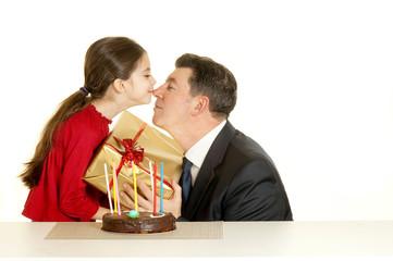 bambina bacia il padre alla sua festa
