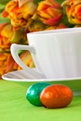Tasse und Schokoladeneier