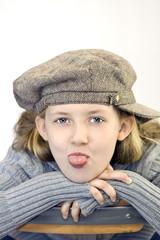 Kind streckt Zunge raus