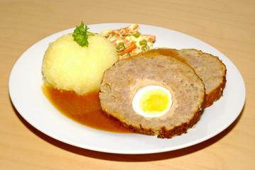 Hackbraten mit Kartoffelkloß und Gemüse
