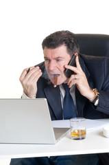 uomo che telefona e fuma cigaro