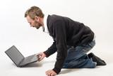 homme et son ordinateur jouent ensemble poster