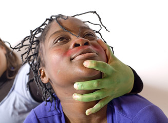 jeune femme africaine et main verte