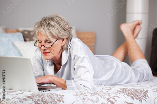 seniorin surft im internet