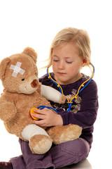 Kind mit Stethoskop als Arzt. Kinderarzt untersucht Patienten