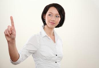 junge Frau zeigt mit dem Finger anfassen