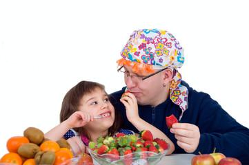 Vater und Tochter beim Obst essen