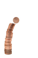 Münzturm aus Centmünzen mit fallendem 2 Cent-Stück