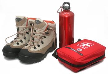 Chaussures de randonnée, gourde et trousse de secours