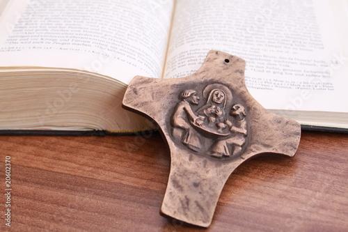 Bronzekreuz vor aufgeschlagener Bibel