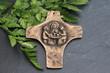 Bronzekreuz auf einer Schieferplatte