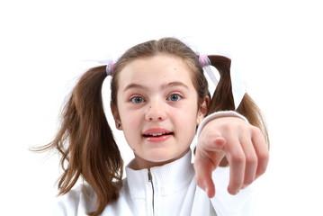 Ein Mädchen zeigt mit dem Zeigefinger auf dich. Sample Text.
