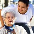 soignante assistant une personne agée